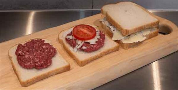 Toast fyllda med malet kött, lök, tomat och ost