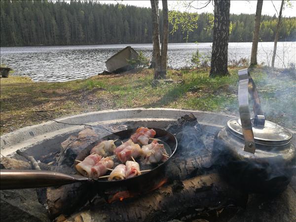 Musslor inlindade i bacon som ligger och fräser i pannan